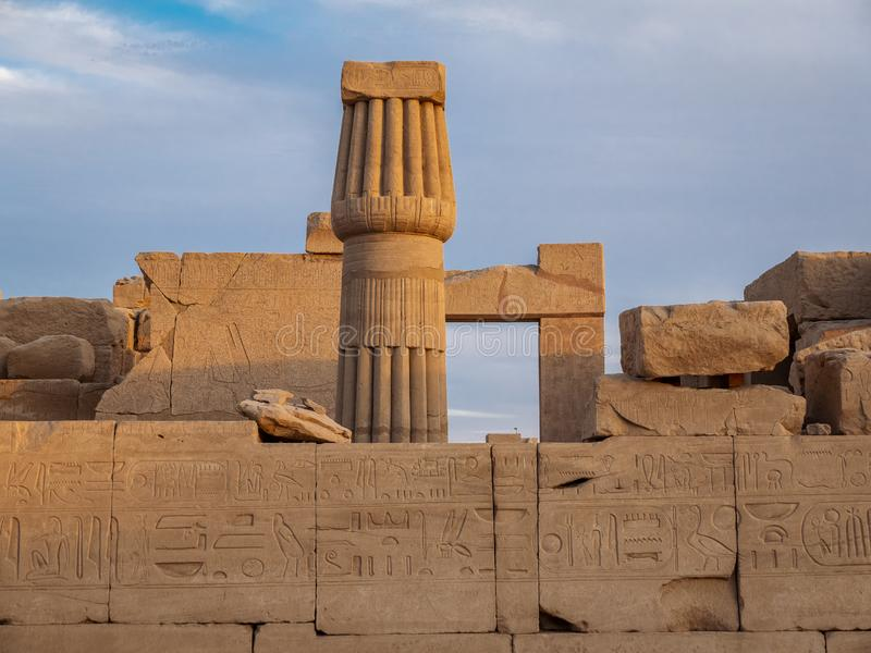 Ruínas e hieróglifos do templo antigo de Karnak em Luxor fotos de stock