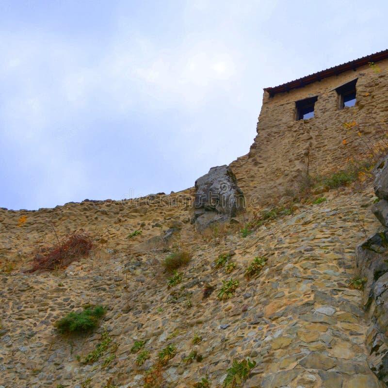 Ruínas em Rupea - Reps - vestígios medievais da fortaleza A Transilvânia, Romania foto de stock