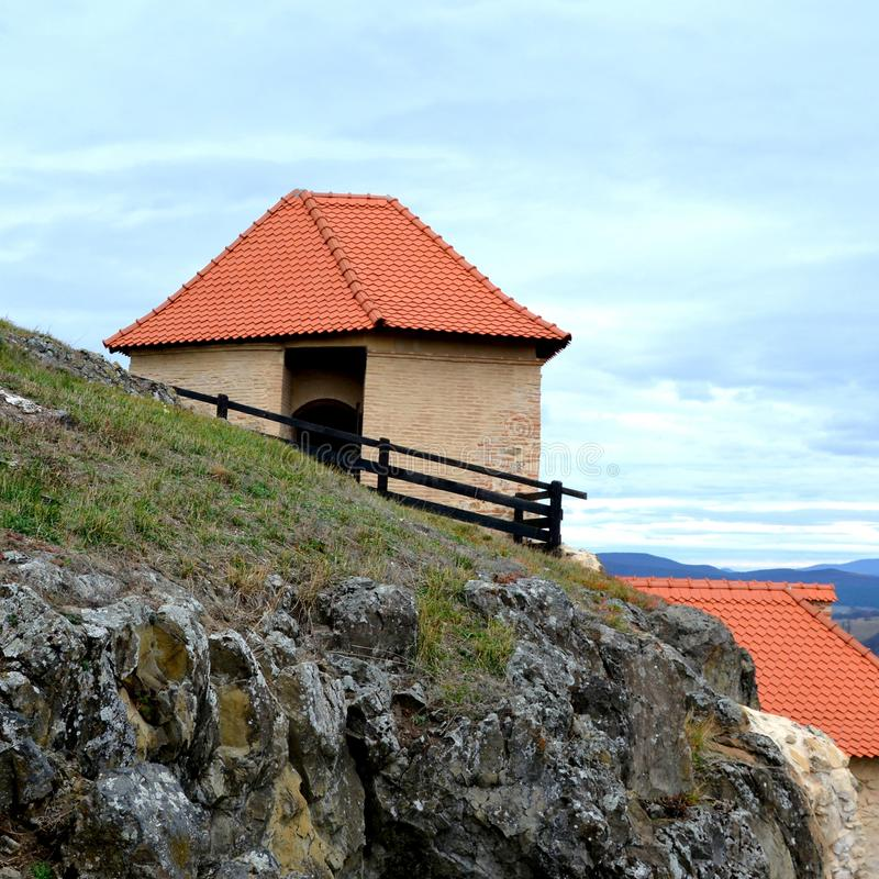 Ruínas em Rupea - Reps - vestígios medievais da fortaleza A Transilvânia, Romania imagem de stock