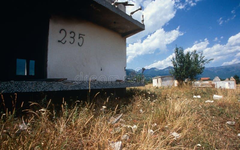 Ruínas em uma vila em Kosovo. fotografia de stock