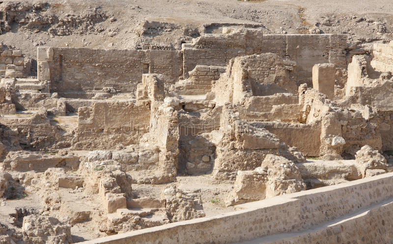 Ruínas escavadas do forte português em Barém foto de stock royalty free