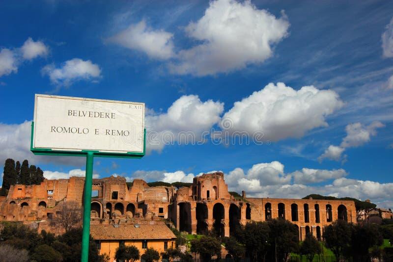 Ruínas imperiais do palácio de Palatine com nuvens fotografia de stock