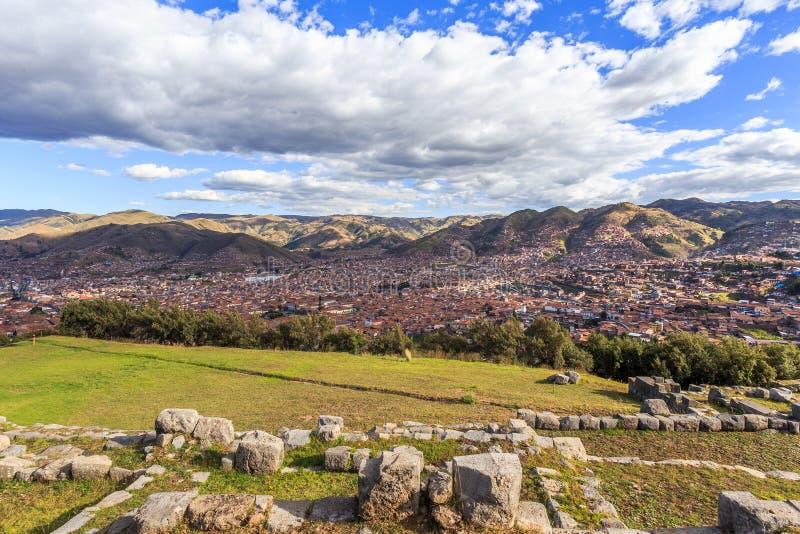 Ruínas Incan, cidade de Cuzco no vale e no panorama de Andes, Peru foto de stock royalty free