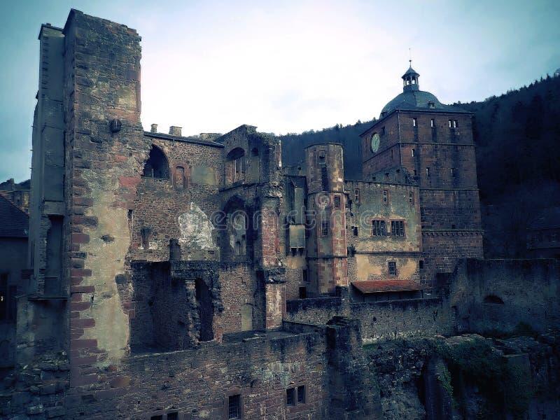 Ruínas interessantes do castelo numa colina com antecedentes históricos interessantes imagem de stock royalty free