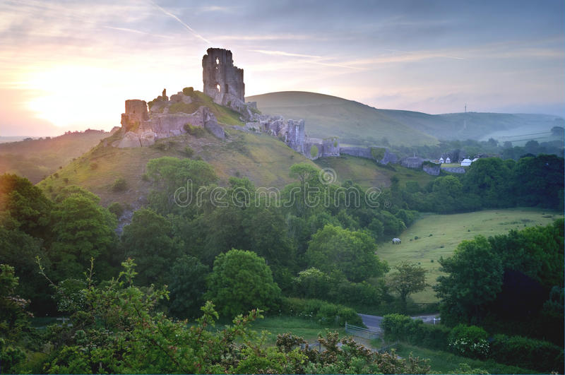 Ruínas mágicas do castelo da fantasia romântica foto de stock