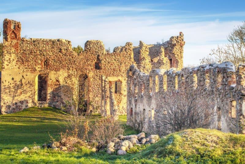 Ruínas medievais do castelo da ordem de Livonian foto de stock