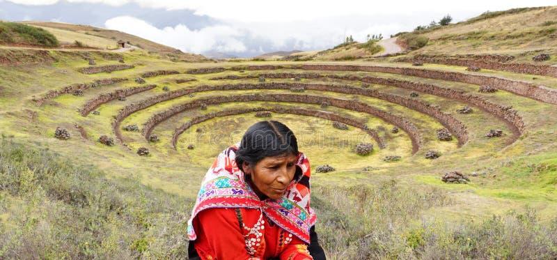 Ruínas mulher e do inca peruanos do Moray fotos de stock