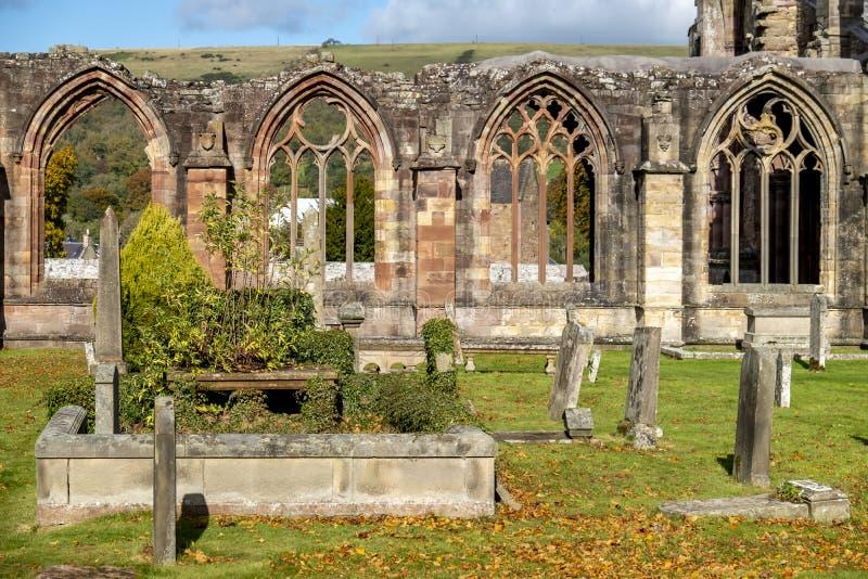 Ruínas no outono - beiras escocesas da abadia da melrose fotografia de stock royalty free