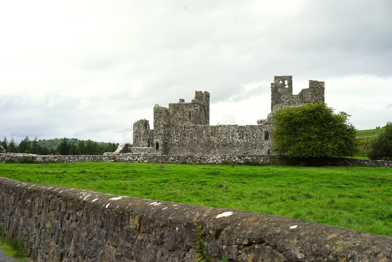Ruínas religiosas no campo irlandês fotos de stock royalty free