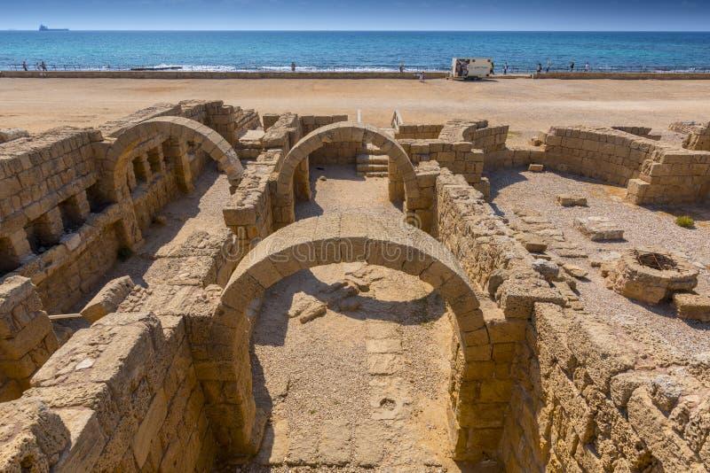 Ruínas romanas com os arcos em Caesarea Maritima Israel fotos de stock