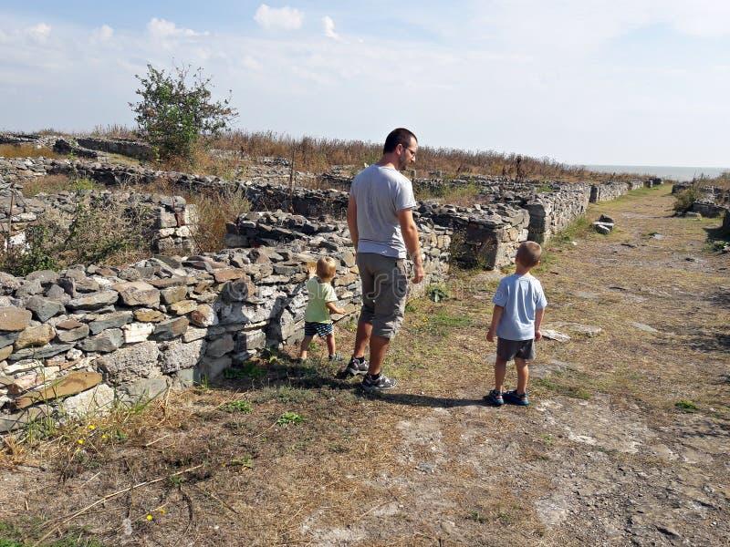 Ruínas romanas de visita do pai e do filho foto de stock royalty free
