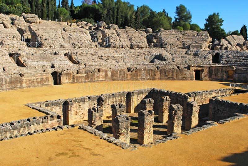 Ruínas romanas do Amphitheatre, Italica, Sevilha, Spain. imagens de stock royalty free