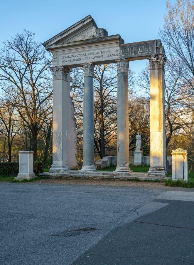 Ruínas romanas do templo da réplica na casa de campo Borghese imagens de stock royalty free