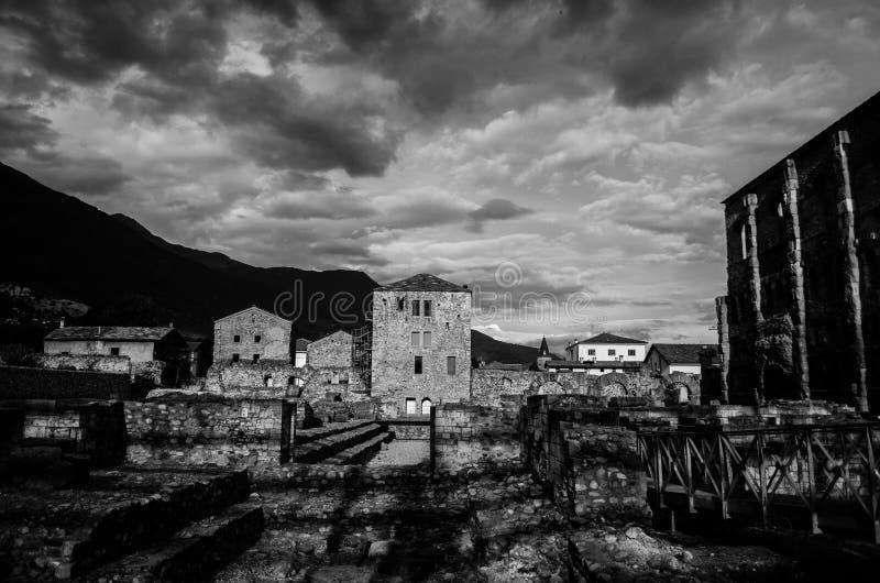 Ruínas romanas velhas em Aosta- Itália fotos de stock royalty free