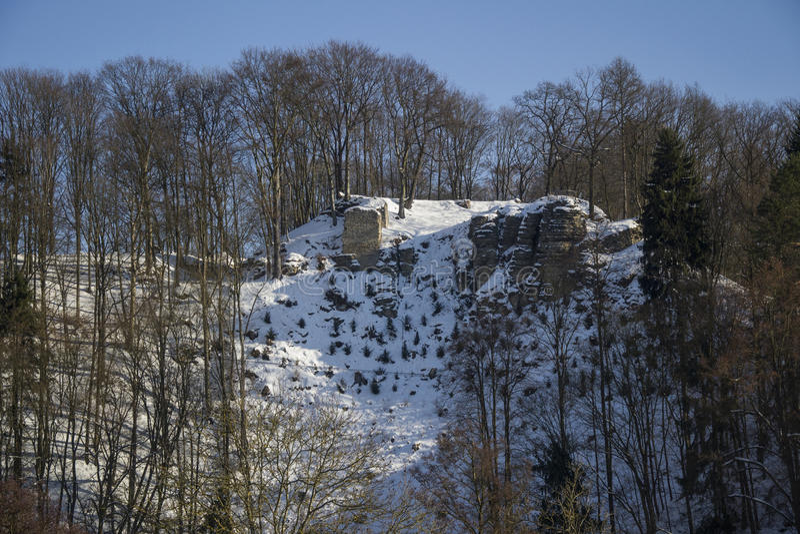 Ruínas velhas da pedra no monte, tempo de inverno imagens de stock royalty free