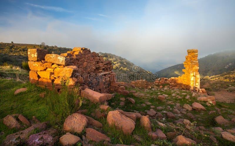 Ruínas velhas e baixas nuvens em montanhas catalan fotos de stock royalty free