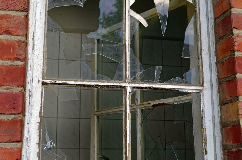 Ruïne van een groot baksteenhuis na een brand in de zolder om de Brandstichtingsdiefstal en vandalisme van de brandschade te verd stock afbeelding