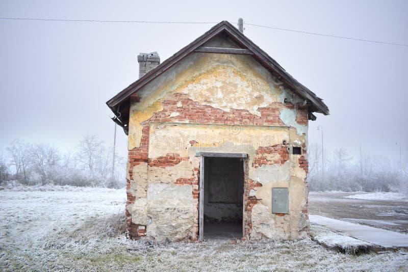 Ruïne van een oud baksteenhuis royalty-vrije stock foto