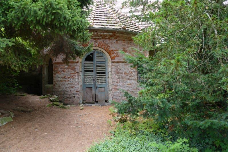 Ruïne van oud tuinhuis royalty-vrije stock afbeeldingen