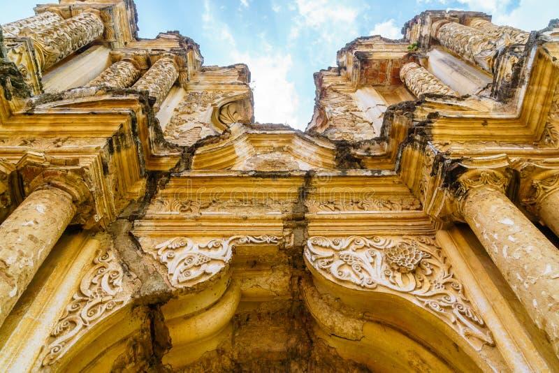 Ruïne van oude churchportal in Antigua Guatemala royalty-vrije stock foto