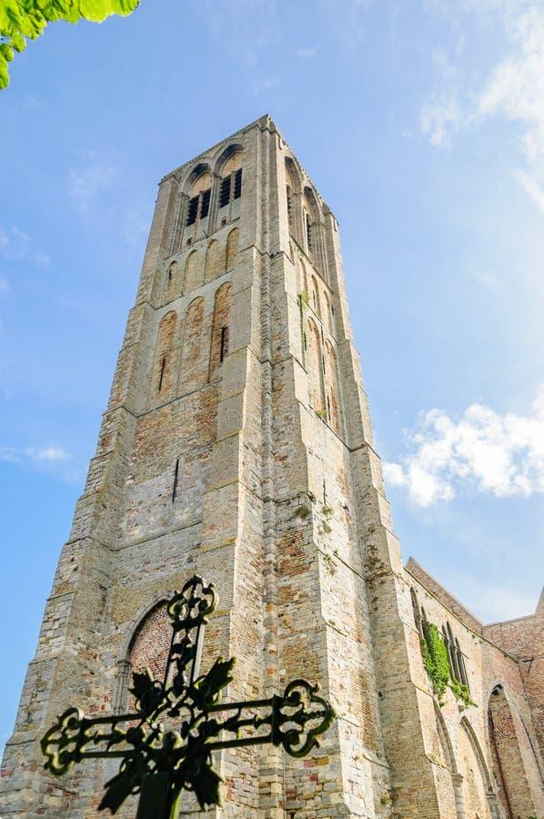 Ruïne van oude kerk door Brugge stock afbeeldingen