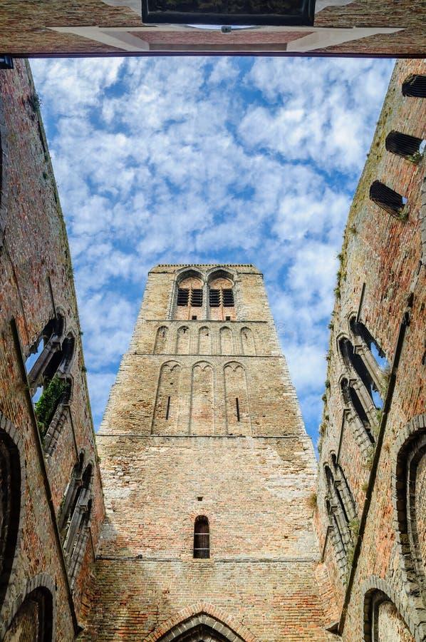 Ruïne van oude kerk door Brugge royalty-vrije stock afbeelding