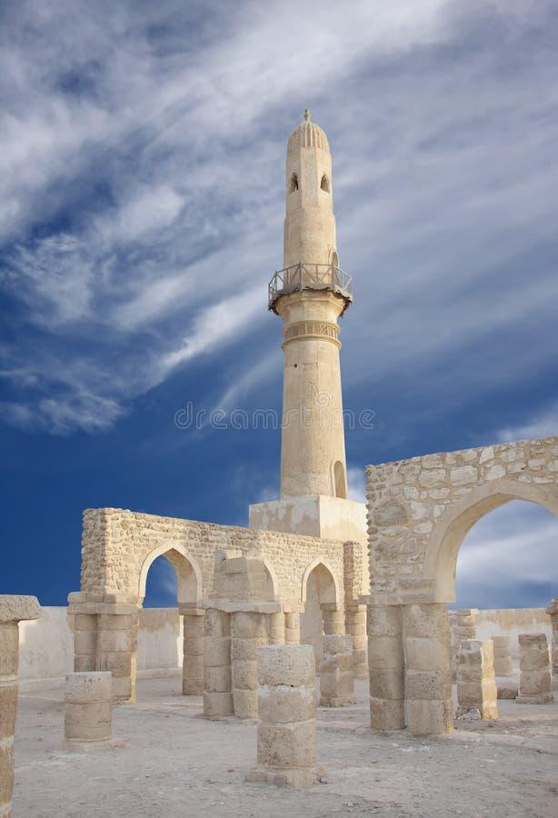 Ruïneert het tonen van overwelfde galerij in muren van moskee Khamis royalty-vrije stock fotografie