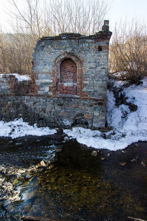 Ruïnes door de rivier stock foto