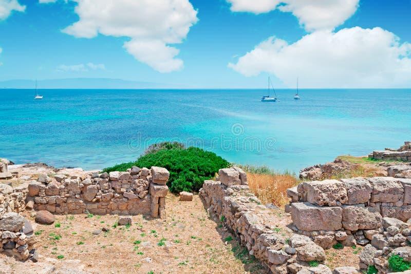 Ruïnes en boten stock afbeelding