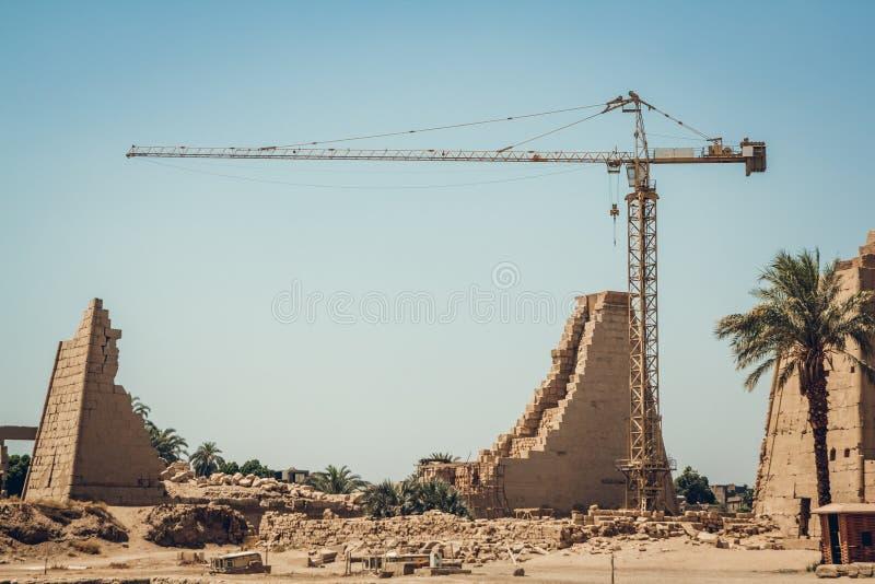 Ruïnes en het inbouwen van Karnak-Tempel in Luxor, Egypte Bouw van woonbu stock foto's