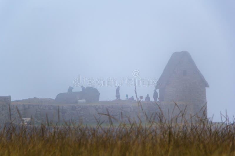 Ruïnes en toeristen in een dichte mist royalty-vrije stock foto