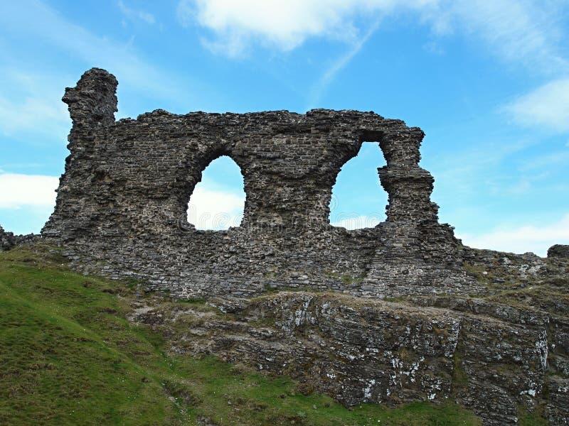 Ruïnes ergens op een heuvel langs de weg aan Walles royalty-vrije stock afbeelding