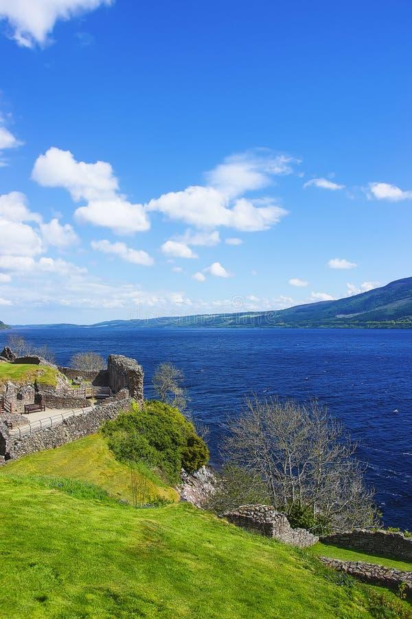 Ruïnes in Urquhart-Kasteel in Loch Ness in Schotland stock afbeeldingen