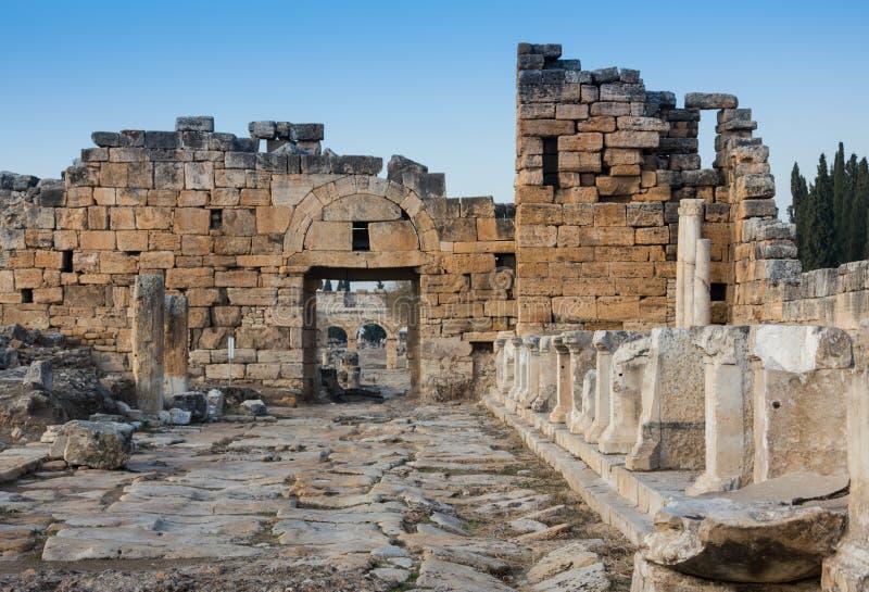 Ruïnes van Appollo-tempel met vesting bij terug in oude Corinth, de Peloponnesus, Griekenland royalty-vrije stock fotografie