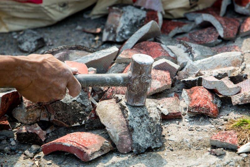 Ruïnes van beton en bakstenen muur op bouwwerf na het vernietigde gebouw Afval van de oude vernietigde bouw stock afbeeldingen