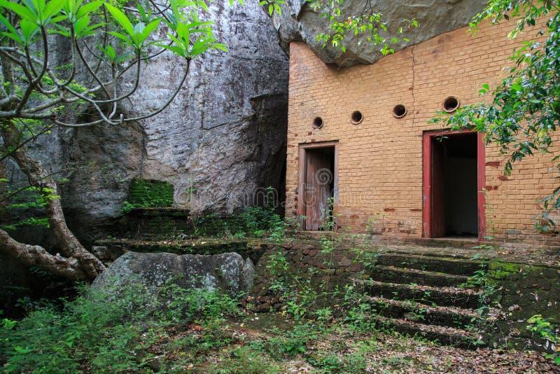 Ruïnes van de Rotstempel van Dagabas - Pidurangala-- Sri Lanka stock afbeeldingen