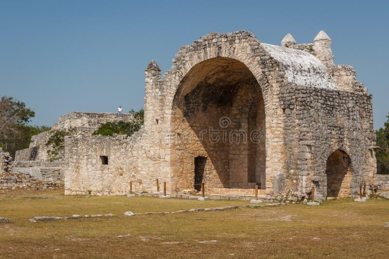 Ruïnes van de Spaanse katholieke kerk in de oude Mayan stad royalty-vrije stock fotografie