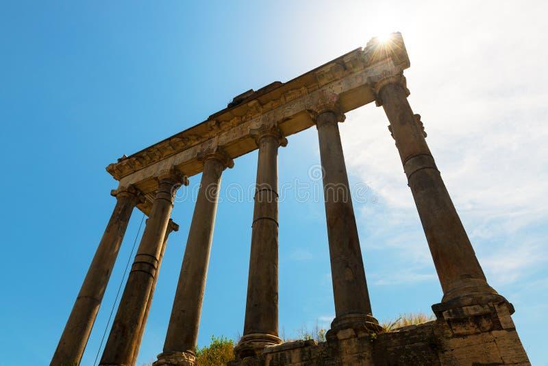 Ruïnes van de Tempel van Saturn in Roman Forum in Rome royalty-vrije stock foto