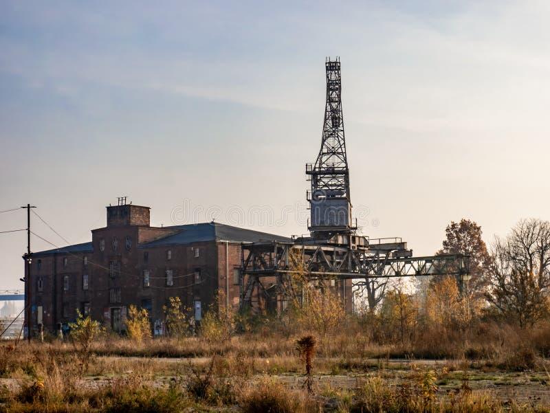 Ruïnes van de verlaten bouw en kraan Post apocalyptisch radioactieve neerslagbeeld stock fotografie