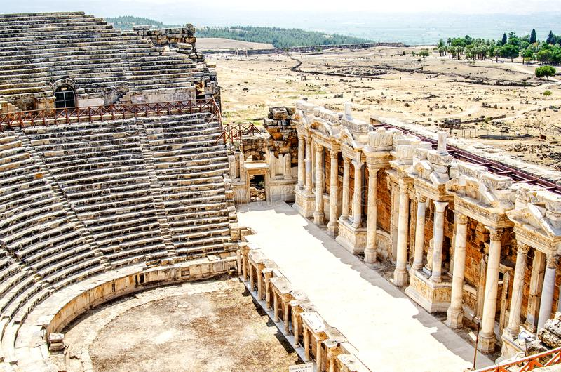 Ruïnes van een amfitheater in de stad van Hierapolis, Pamukkale, Denizli-provincie Turkije stock afbeeldingen