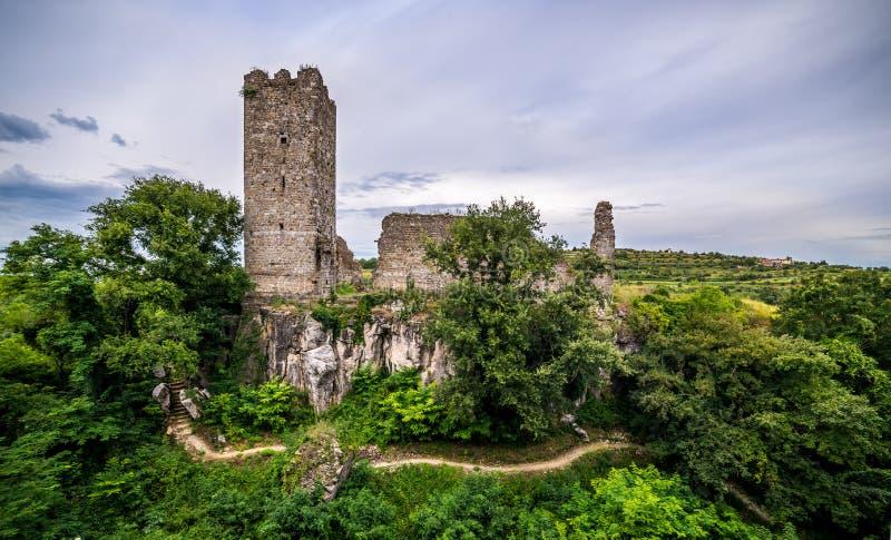 Ruïnes van een kasteel in Momjan, Istria, Kroatië stock foto's