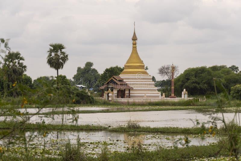 Ruïnes van een oude Birmaanse tempel stock afbeelding
