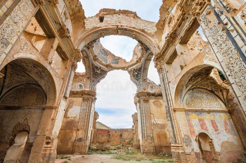 Ruïnes van een oude die kerk tijdens de Spaanse burgeroorlog binnen wordt vernietigd stock foto