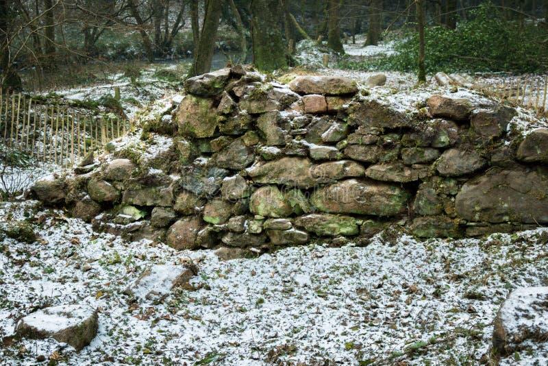 Ruïnes van een oude steen die op Dartmoor voortbouwen royalty-vrije stock afbeeldingen