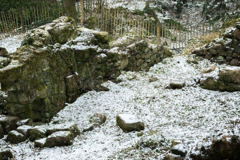 Ruïnes van een oude steen die op Dartmoor voortbouwen stock fotografie