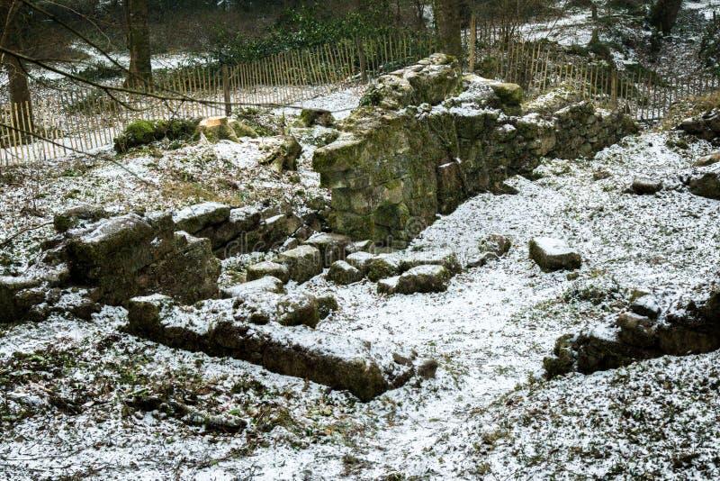 Ruïnes van een oude steen die op Dartmoor voortbouwen stock foto's
