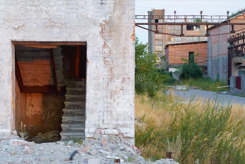 Ruïnes van een verlaten fabriek stock foto