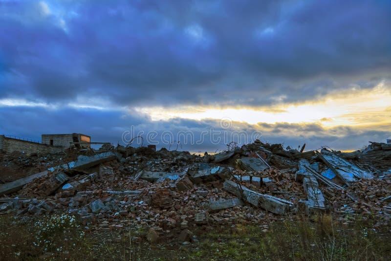 Ruïnes van een vernietigd gebouw in de stad royalty-vrije stock foto's