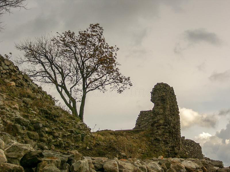 Ruïnes van een vesting in de herfst royalty-vrije stock foto's