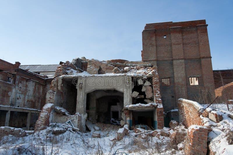 Ruïnes van fabriek in de winter stock foto's